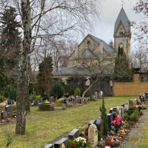 Dit is de open plek dat zich meer achterin het kerkhof bevindt waar de graven liggen van de gewone burger. © Keith Flameygh