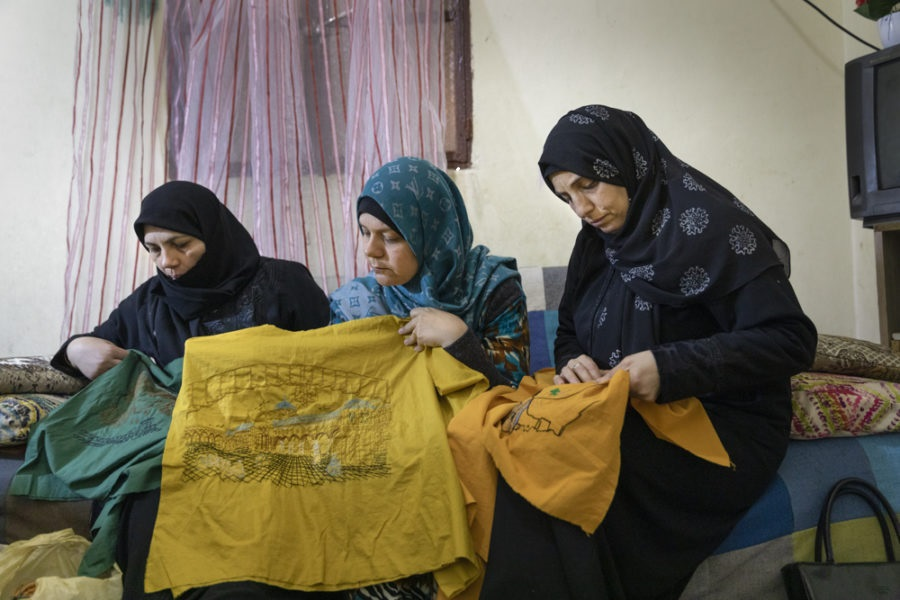 Syrische vluchtelingen naaien en borduren kledij in vluchtelingenkamp Shatila. © Mashid Mohadjerin