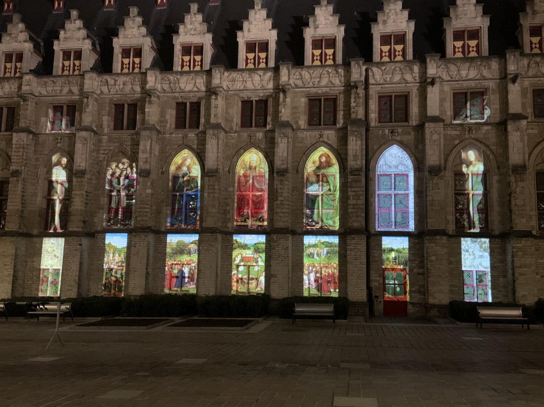 Een lichtprojectie van een moderne versie van het Lam Gods in Gent